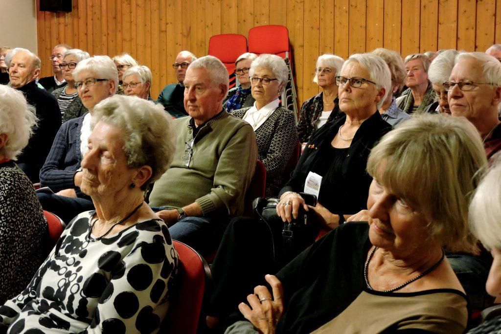 Åhörarna lyssnar spänt på på Rosie Henning