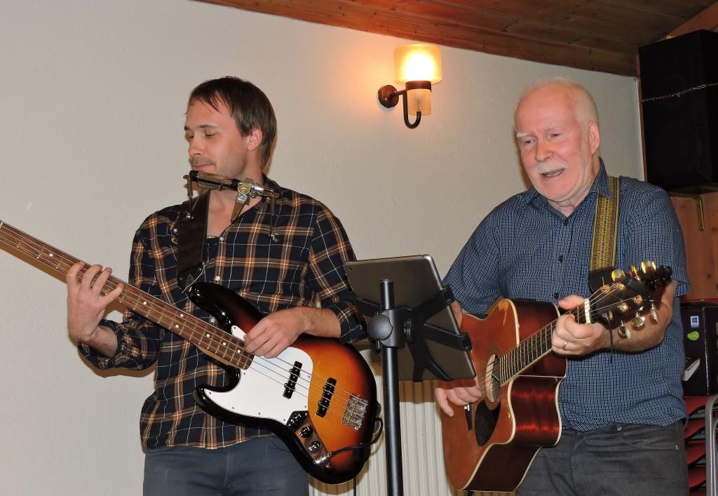 Åke och sonen Martin sjöng Axels dikter...ja i en dialekt som var lik dialekten ute på Listerlandet.