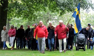 Hembygdsföreningens Bo Ferm och Thage Leo i spetsen för vandringståget via gamla åfåran...