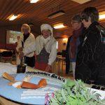 Ann-Christin Jonsson berättar historik i sin fina hembygdsdräkt