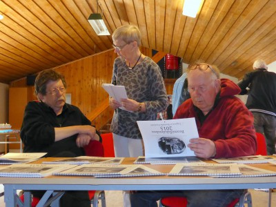Fotoklubbens fotoalmanackor studeras flitigt. Jan Erik Nilsson, Marita Johansson samt Bo Ferm