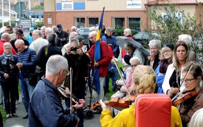 Magnus Lundberg med spelemän livade upp stämningen till fiolmusik...
